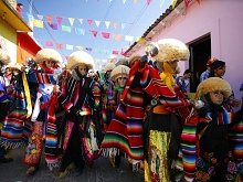 Parachicos mit traditionellem Tanz in Chiapas